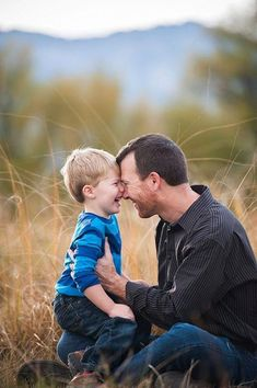 Best-Father-Son-Photography-Poses perfect fathers day gift, fathers day gift bags, grandpa gifts from kids Father Son Pictures, Happy Fathers Day Pictures, Dad Pictures, Toddler Pictures, Family Pictures, Toddler Photography Poses, Father Son Photography, Children Photography, Family Photography