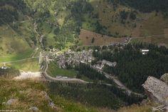 In der Natur unterwegs: Auf der Mauer zum Gipfel - Tiefblick auf Bosco Gurin - #ExpeditionLocarnese