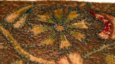 Photographie : Bénédicte Meffre - Hémiole.Fragment d'orfrois à décors végétal. Anciens Pays-Bas, XVe ou XVIe siècle.
