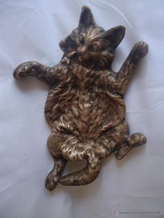 Antigua figura de bronce gato panza arriba , como cenicero o escultura