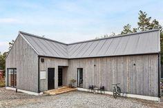 Villans uttryck hämtas ur minimalistisk arkitektur och klassisk nordiskt formspråk. Norra Koxåsvägen 20 - Bjurfors Timber House, Timber Cabin, Cabin Design, House Design, Beddinge, Backyard Buildings, Long House, Weekend House, Modern Farmhouse Exterior