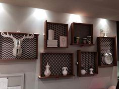 Nichos compostos por gavetas e papel de parede, ideia simples e econômica para um painel. Loja Maria Filó Rio Design