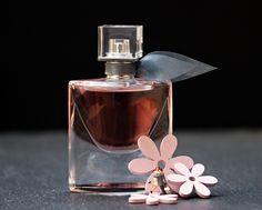 Perfumes con frasco rosa: en tendencia. Los tonos rosas claros y empolvados siguen en tendencia, también para esta próxima temporada primavera-verano.