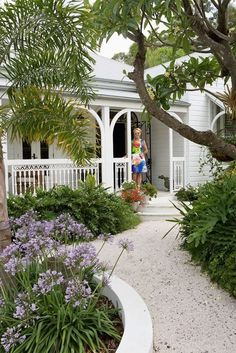 45 Impressive Front Garden Design Ideas To Try In Your Home - Learning a few tricks of the trade will enable your front yard to be streets ahead of your whole neighborhood. It's not as hard as you think to create. Cottage Garden Plants, Home And Garden, Colonial Garden, Queenslander House, Hampton Garden, Beach Cottage Style, Beach House, Coastal Style, Cottage Chic