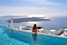 Santorini, na Grécia, é uma ilha encantadora e extremamente romântica. Surpreenda-se com paisagens incríveis que são os grandes destaques dessa ilha grega.