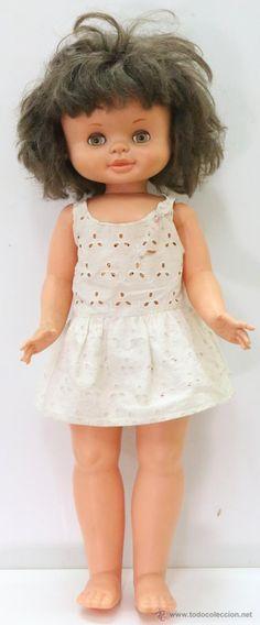 Muñeca de Famosa, de unos 45 cm aprox. Vestido antiguo