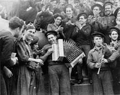 Gerda Taro. Soldados de marina tocan un instrumento musical a bordo del buque de guerra Jaime I. Almería, febrero de 1937. EFE