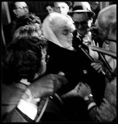 11 Novembre 1960 / ANNONCE DIVORCE AVEC ARTHUR MILLER / La séparation fut annoncée par Pat NEWCOMB dans le vestibule de l'appartement New-Yorkais de Marilyn. Elle expliqua aux journalistes que Marilyn n'avait pas engagé d'avocat et qu'elle ne projetait pas de le faire. Elle déclara également qu'il n'y avait pas de projet immédiat de divorce. En fait les affaires de Marilyn étaient entre les mains des avocats de MILLER depuis quatre ans ; elle devait donc trouver elle-même un avocat et…