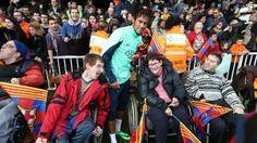 La afición, en el entrenamiento de puertas abiertas.   Neymar Jr. en pleno contacto con aficionados especiales.   FOTO: MIGUEL RUIZ - FCB