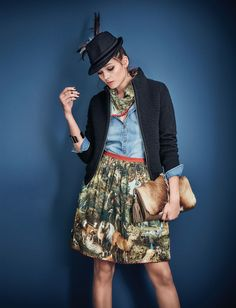 Ich glaub, ich steh im Wald! Der Digitaldruck mit Waldszenen und Waldtieren auf dem grüngrundigen Glockenrock lässt das zumindest vermuten. Seitlicher Reißverschluss, rote Saumbordüre und fixierter Unterrock. #oktoberfest #wiesn #impressionen #trends #fashion #dirndl #trachten #ozapftis #münchen #theresienwiese #lederhose #krachlederne Countryside Girl, Lederhosen, Bavaria, Medieval Dress, Bohemian, Hipster, Street Style, Chic, Vintage Love