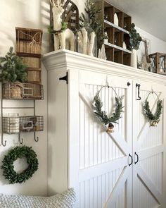 Weihnachtsdekoration love the farmhouse style Your Style, Your Budget Tired of ogling the latest sty Diy Home Decor Rustic, Country Farmhouse Decor, Farmhouse Furniture, Shabby Chic Furniture, Farmhouse Style, Modern Country, Vintage Farmhouse, Target Dollar Spot, Shabby Chic Homes