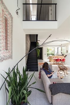 David Lebenthal Architects have designed Mandelkern Residence, a contemporary townhouse in Tel Aviv, Israel. The townhouse is situated on . Modern Townhouse Interior, Interior Styling, Interior Design, Design Interiors, Modular Lounges, Townhouse Designs, Best Architects, Architect Design, Home Deco
