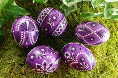 Ostereier in lila, sorbische Muster und Motive, Ostereier aus der Lausitz,