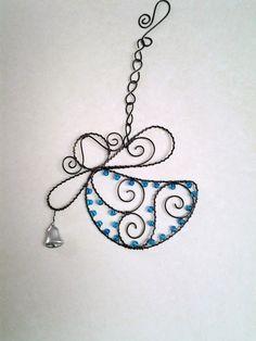 Andělíček se zvonečkem na řetízku - tyrkysový Wire Crafts, Metal Crafts, Metal Jewelry, Beaded Jewelry, Barbed Wire Art, Wire Jig, Wire Ornaments, Angel Decor, Angel Crafts