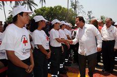 El gobernador, Javier Duarte, hizo entrega de 10 ambulancias, 25 equipos para atención hospitalaria y 26 equipos de cómputo de las aportaciones voluntarias de los veracruzanos en el pago de la tenencia vehicular