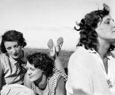 Jacques Henri Lartigue BIBI  « Et maintenant à vous, modestes photographies, à faire ce que vous pourrez – bien peu je le sais – pour tout raconter, tout expliquer, tout faire deviner Tout, même et surtout, ce qui ne se photographie pas. » Journal, 1931