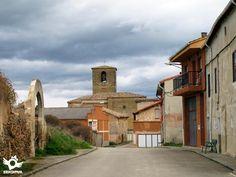 Situada en la llamada Riojilla Burgalesa, a la sombra de la Sierra de La Demanda.
