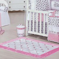 Tapete de pelúcia antiderrapante Provence para quarto de bebê menina cor branco com detalhe de flores rosa.