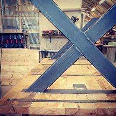 #1862 bord i gammel eik med#kryssben i #svartstål #ontheflipside  #håndlagetavoss #barefordeg #scandicool #industrielt #spisebord #bosch