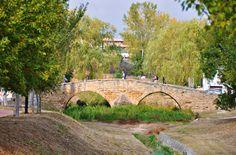 Peregrinos atravesando el puente de Villatuerta, #Navarra #CaminodeSantiago