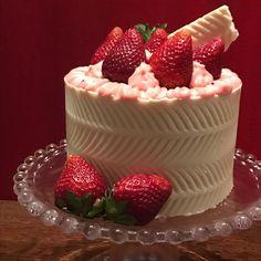 Muito cor de rosa e morangos p mim  e o meu primeiro Dressed cake  #vanessisses #dressedcake #bolocomfrutasvermelhas #frutasvermelhas #morango #massadeamendoas #pãodeló #cake #cakelove #cakeoftheday #instacake #birthdaycelebration #festa #festaemcasa