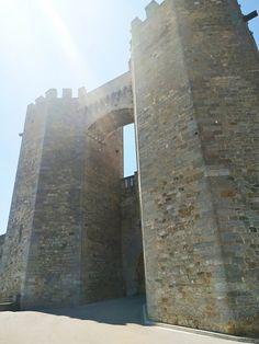 Las torres de san Miguel nos reciben al entrar a Morella, #torresmedievales #arquitecturamorella #muralla #valencia #castellón Chichen Itza, Ocean Mural, Mural Art, Bonito, Wall Murals Painted, Travel Tips, Valencia, Landmarks, Building