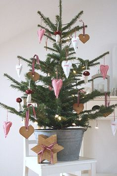 simple Christmas tree, love it! Small Christmas Trees, Noel Christmas, Scandinavian Christmas, Pink Christmas, Country Christmas, Beautiful Christmas, Simple Christmas, Winter Christmas, Christmas Tree Decorations