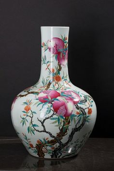 BULGING VASE In Chinese porcelain, rich polychrome decoration with floral and pomegranates. Marked. Dim: 56 cm.