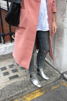 Un look d'hiver avec des boots argentées
