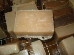 (Recipe plus guide of sorts) The reason is that shampoo bars are not only supposed to clean your hair, but also moisturize condition your scalp. With a good shampoo bar you should not need a conditioner unless your hair is VERY dry or damaged Diy Shampoo, Homemade Shampoo, Homemade Conditioner, Soap Making Recipes, Soap Recipes, Best Shampoo Bars, Wen Hair Care, Savon Soap, Best Shampoos