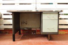 195,00 € Escritorio de oficina industrial, metálico y con superficie de cristal, Madrid años 50.  Medidas: 125 x 78x 71 cm.