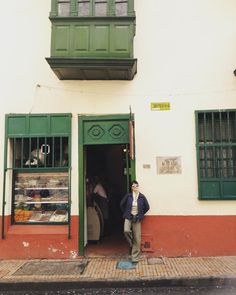 """Descubriendo el secreto de los desayunos """"mediasnueves"""" almuerzos """"onces"""" y comidas en la chocolatería #PuertaFalsa en pleno corazón de #Bogotá  #viveelfdsbogota #ColombiaEsRealismoMagico  www.placeok.com"""
