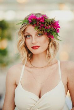 This modern-beachy bougainvillea hairpiece is so cool! | Image by June Photography