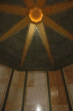 işte kareler ile Atatürk'ün mezarı olan oda!  Bronz kapının ardındaki pirinç kapı açıldığında Türk bayraklarıyla birlikte, Selçuklu ve Osmanlı türbe mimarisi tarzında sekizgen planlı olarak inşa edilen odaya ulaşılıyor.