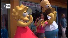 """VIDEO // El parque Universal Studios Hollywood inauguró hoy oficialmente su versión a tamaño real de la ciudad del popular programa de animación """"The Simpsons"""" apenas unos días después de que Fox renovara la serie, que es la más longeva de la televisión en EEUU, por dos temporadas más. (EFE)"""