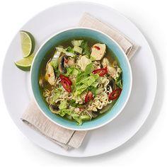 En asiatisk kyllingsuppe med nudler smaker fantastisk og lages i en fei. Oppskrift på deilig og enkel kyllingsuppe.