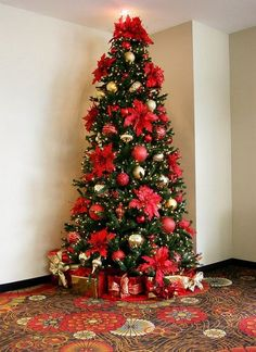 Find stunning Christmas Tree Themes to decorate your tree this year. Beautiful and whimsical trees that brighten up the room and bring the Christmas spirit Church Christmas Decorations, Country Christmas Trees, Christmas Tree Pictures, Red And Gold Christmas Tree, Christmas Tree Inspiration, Ribbon On Christmas Tree, Cool Christmas Trees, Christmas Tree Themes, Merry Christmas