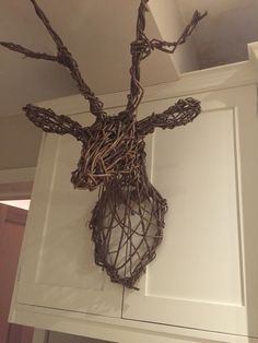 Stags head in willow Willow Weaving, Basket Weaving, Willow Sticks, Chicken Wire Sculpture, Willow Garden, Reindeer Head, Green Woodworking, Stag Head, Modern Crafts