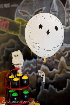 Na Festa do Harry Potter, a @balaocultura desenvolveu o balão gigante com aranhas e a famosa coruja Edwiges. Consulte nossos produtos e serviços: contato@balaocultura.com.br Créditos: Projeto: @silviaroverieventos; Painel chalkboard: @Raquel Gorzalka Bolo e doces: @TammyMontagna Doces: Doceria da Naná Balões da Balão Cultura para a coruja Edwiges, na arte da Raquel Gorzalka. Fotos: @FraldinhaFotografia, Fio: @galeriadasfestas #festaharrypotter #harrypotterparty #balaocultura #bigballoon