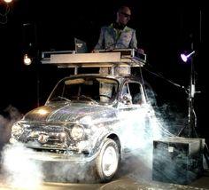 Italian Entertainment - Funky Fiat 500 - Is dit niet de leukste DJ-booth voor de feestmaanden?