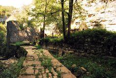 Les pierres du Moulin du Saut, vallée de l'Oulzou dans le Causse de Gramat.