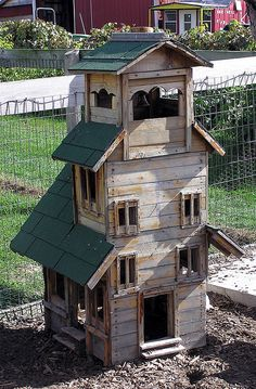Fancy Pallet Rabbit Hutch - Clearly Drew will have to build this for the boys' rabbits!!!