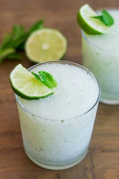 Frozen Mojito - - Fresh mint, lime and rum. Is there a cocktail more refreshing than a mojito? A frozen mojito! Frozen Drink Recipes, Drinks Alcohol Recipes, Punch Recipes, Cocktail Recipes, Frozen Mojito, Frozen Cocktails, Mojito Drink, Mint Mojito, Alcoholic Desserts