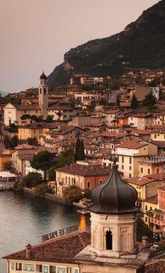 Einst Fischerdorf, heute beliebter Touristenort: Limone sul Garda am Gardasee/Italien