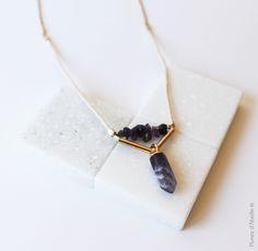 Collier Elixir, cordelette écrue, perles et pendentif en pierres naturelles, tubes et chaine dorés. http://plumesdabeille.fr/boutique/