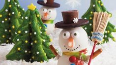 Impress your guests with these creative snowman cookies made with Betty Crocker® sugar mix. A Christmas dessert decorated with Betty Crocker® fruit snack.