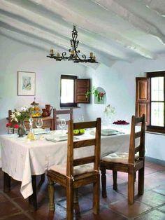Enclavada en las colinas de Málaga y con vistas al Mediterráneo, esta casa se reformó en el estilo tradicional de la zona y vistió conpiezas rústicas, antiguas y exóticas. ¡Luminosa y llena ...