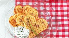 Herzhafte Waffeln mit getrockneten Tomaten, Parmsean und einem frischen Schnittlauch-Dip.