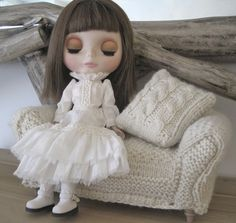 Doll and couch| Blythe