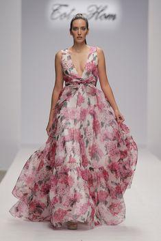 Alta Costura - SS18 - Tot-hom Elegant Summer Dresses, Lovely Dresses, Flower Dresses, Evening Dresses, Floral Fashion, Look Fashion, Fashion Dresses, Long Skirt Outfits, Iconic Dresses